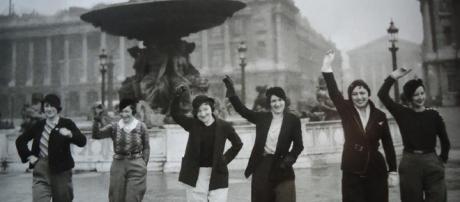 femmes libres en pantalon à Paris