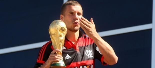 Na Copa, Podolski desfilou com a taça vestindo vermelho e preto (Foto: André Durão)