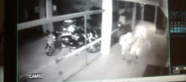 Rapaz de 20 anos morre após quebrar a vitrine da loja