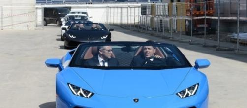 Matteo Renzi alla guida della Lamborghini Huracan Spyder
