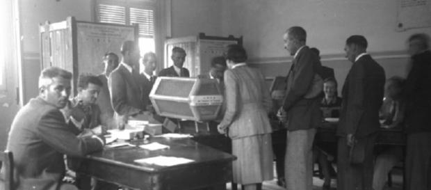 Cittadini alle urne per il referendum istituzionale del 2 giugno 1946