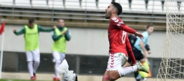 Saura celebra su gol ante el Sanluqueño. | Imagen: G. Carrión/AGM