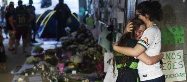 Torcedores prestam homenagens às vitimas de acidente aéreo (Ivan Pacheco/VEJA.com)