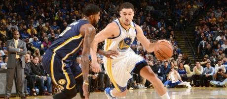 Klay Thompson dribla ante Paul George (via Sports Illustrated)