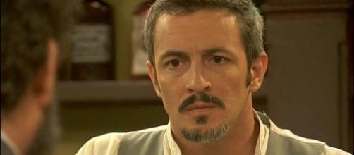Alfonso Castaneda, marito di Emilia Ulloa. I due si separano.