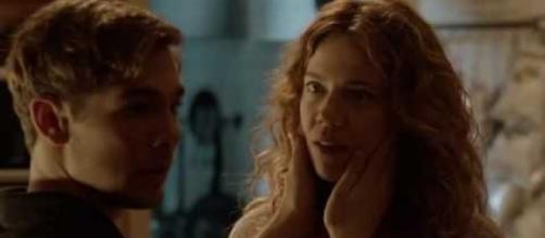 Pol y Miriam, la madre de Ivan, compañero de clase del primero, en el momento en que es descubierta su relación amorosa por el hijo.