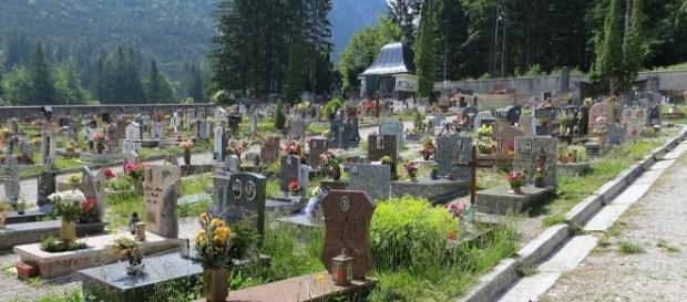 BADANTĂ româncă de 30 de ani MOARTĂ și îngropată de Primărie. NIMENI nu a luat-o ACASĂ