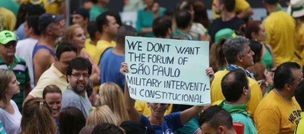 """Cartaz, na manifestação de domingo, pedindo uma """"intervenção militar constitucional"""" em inglês equivocado."""
