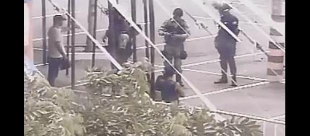 Policiais socorrendo o acusado