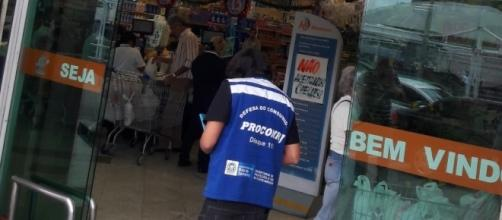 Fiscalização do Procon-RJ em um supermercado no Recreio (Foto: Divulgação)