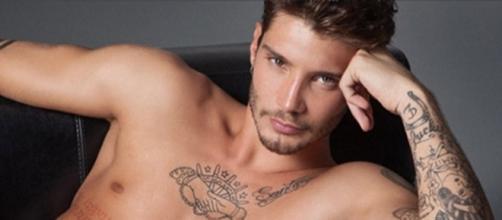 Gossip: Stefano De Martino ricorda le sue famose ex nella terza puntata di 'Selfie'.