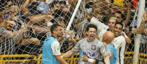 Jogadores do Corinthians comemoram terceiro gol em Sorocaba