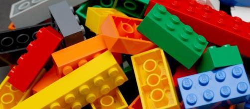 LEGO è un produttore di giocattoli danese noto per la sua linea di mattoncini assemblabili