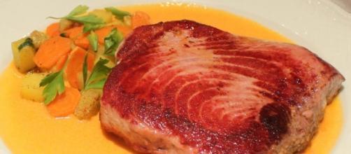 Lomo de atún a la plancha con verduras