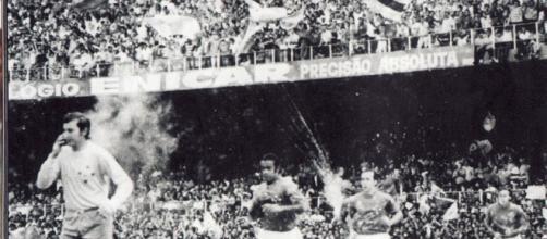 O Cruzeiro entra em campo com o goleiro Raul à frente, seguido de Dirceu Lopes, Tostão e Natal