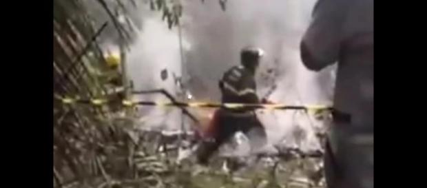 Bombeiros apagando fogo após queda do avião