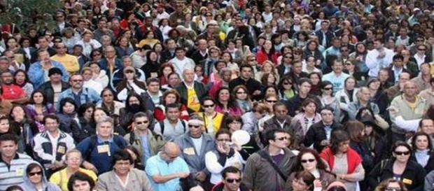 Foto de pessoas brasileiras em um local público