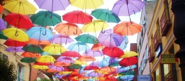 La calle Madrid de Getafe decorada con 2.750 paraguas de colores