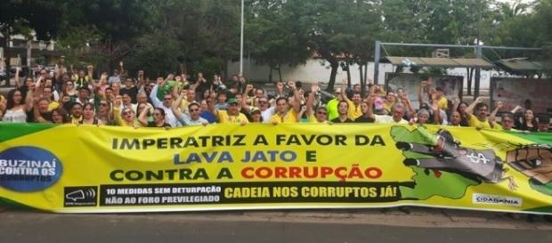 Manifestantes na Praça Brasil, centro da cidade.