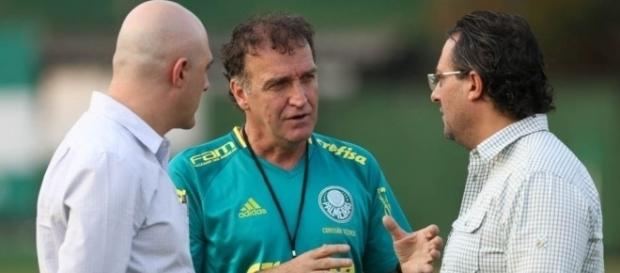 Maurício Galiotte, Cuca e Alexandre Mattos conversam na Academia de Futebol (Foto: Cesar Greco/Ag Palmeiras/Divulgação)
