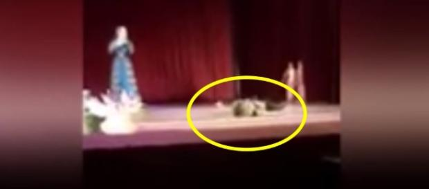 O bailarino caiu no palco após um ataque cardíaco e a plateia riu achando que era encenação