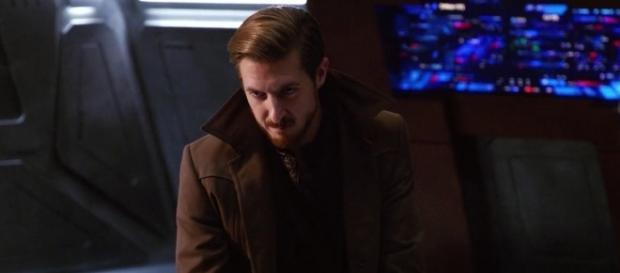 "Rip Hunter (Arthur Darvill) in ""Star City 2046""/Photo via screencap, ""Legends of Tomorrow""/The CW"