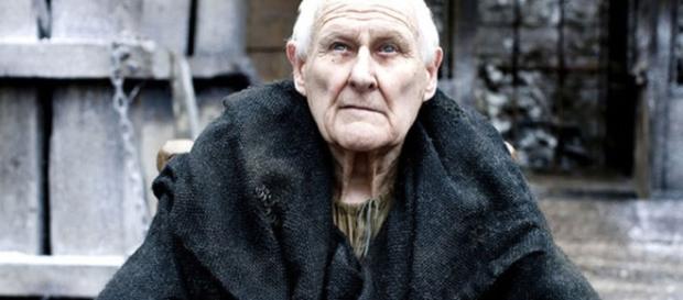 Peter Vaughan caracterizado como Aemon Targaryen.