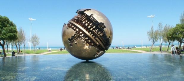 Una sfera di Arnaldo Pomodoro sul pelo dell'acqua.