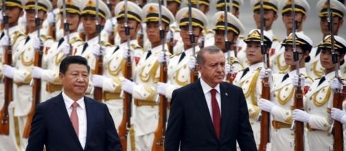 A gauche, Xi Jinping, président chinois. A droite, Recep Tayyip Erdogan, président turc