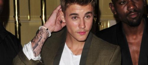 Justin Bieber dà un pugno ad un fan.