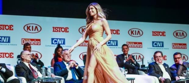 A atriz Grazi Massafera recebeu o prêmio Brasileiro do Ano na categoria Televisão