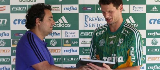 Alexandre Mattos entrega livro para Vágner