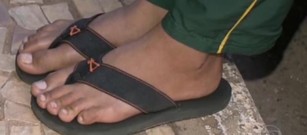 Diretor pisa discrimina aluno de sandália