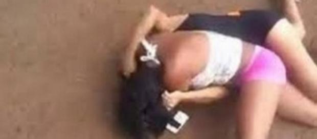 Jovem é agredida por outra mulher em bar