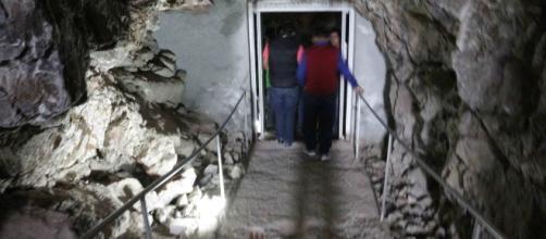 La caminata a través del monte esta sellada con una puerta de vidrio