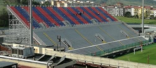 """La curva Sud """"Giorgio Manzulli"""" di Crotone."""