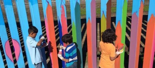 Niños y jóvenes participan en el proyecto de decorar el muro divisorio