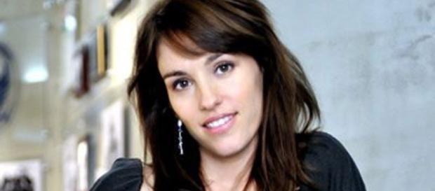 Amy Jo Johnson - Hollywood Life - hollywoodlife.com