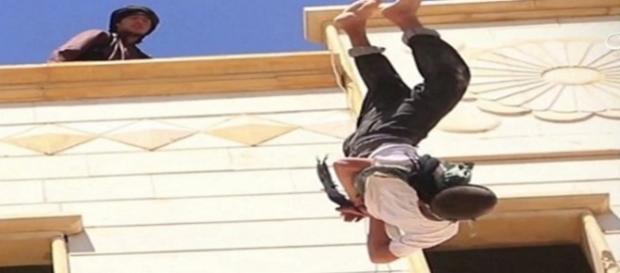 Homem é jogado de cima de prédio