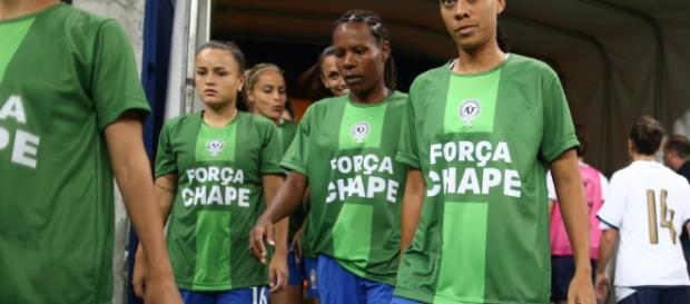"""Seleção entrando com a camisa """"Força Chape"""". (Créditos: Lucas Figueiredo/CBF)"""
