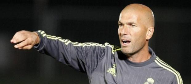Zinedine Zidane dando órdenes al equipo