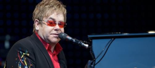 Elton John durante un sua esibizione live