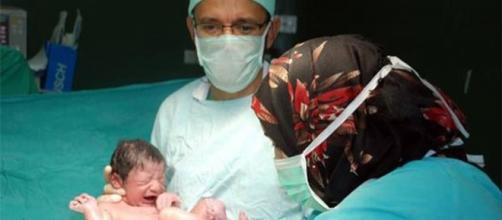 Foto del doctor Zouhair Lahna tras un parto