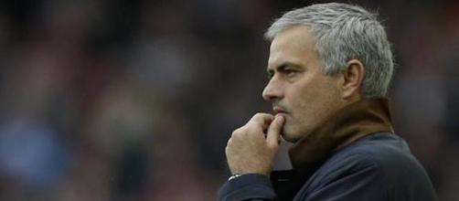 Mourinho dirigiendo un partido en la liga Premier.