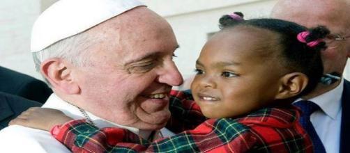 Papa Francisco con una niña. Flickr