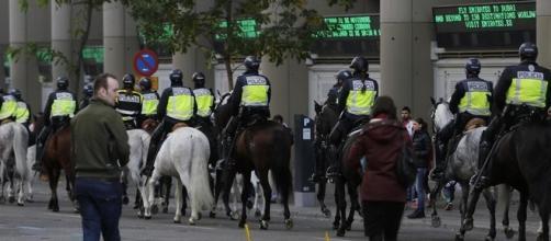 Policía a caballo en los alrededores del Estadio