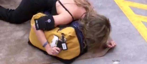 Ana não acredita na notícia e se joga no chão
