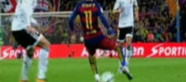 Neymar, disputando un balón ante el Valencia.