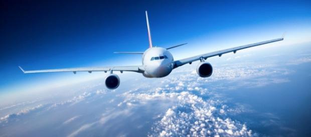 Un aereo in cielo durante viaggio