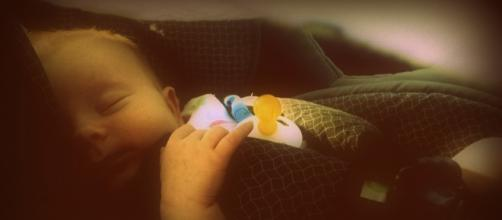 Bébé qui dort; nouveau-né sommeil